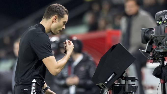 Obwohl beide YB-Tore möglicherweise irregulär waren, wurde Schiedsrichter Sandro Schärer vom VAR nicht zum Monitor gerufen.