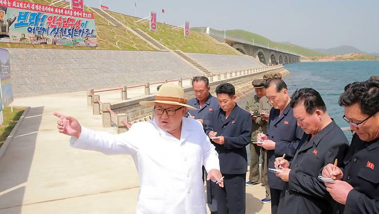 Eine amerikanische Delegation ist in Nordkorea angekommen, um das Gipfeltreffen zwischen Kim Jong Un (Bildmitte) und dem US-Präsidenten Donald Trump vorzubereiten. (Archivbild)