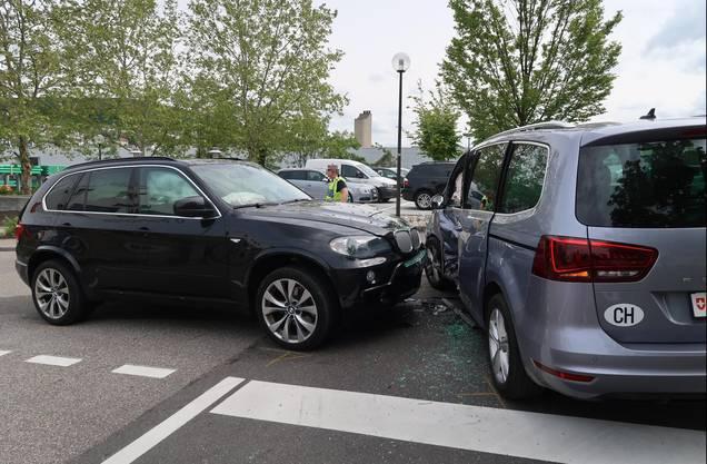 Die Lenker der beiden Fahrzeuge zogen sich Verletzungen zu.