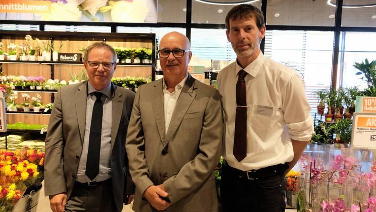 Jörg Blunschi, Geschäftsleiter der Genossenschaft Migros Zürich, Christian Meier, Stadtrat der Stadt Schlieren, und André Monn, Marktleiter der Migros Rietbach.