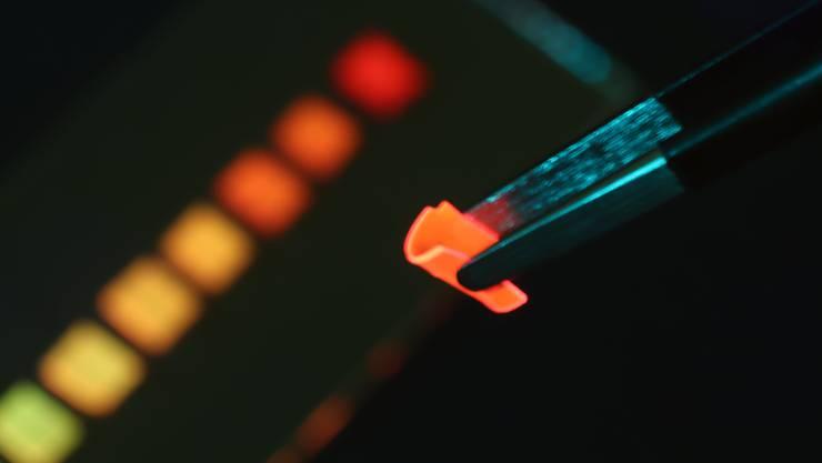 Dieser Kunststoff ist nicht nur biegsam und luftdurchlässig - entscheidend ist, dass die Leuchtstoffe darin nicht verklumpen.