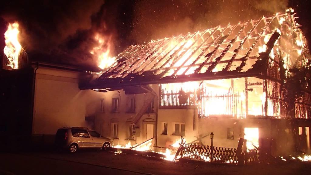 Stetten: Mehrfamilienhaus brennt lichterloh
