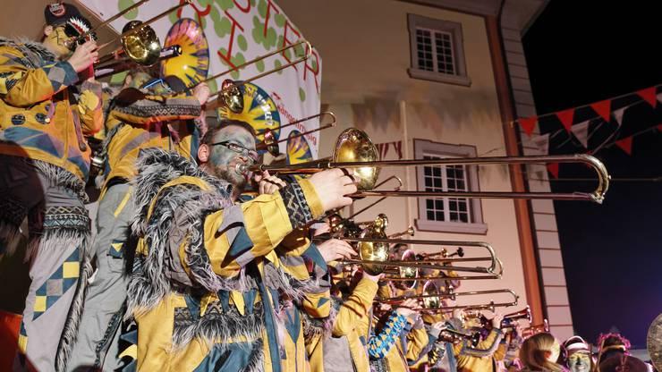 Die Rüüsstalschränzer aus Sins auf der Bühne im Klosterhof.