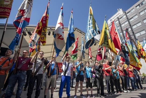 Die Vertreter der Aarauer Vereine warten auf die Zentralfahne der Turner.