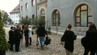 Das Urteil über den Sex-Lehrer ist im Bezirksgericht Brugg gefällt. Er habe zwar seine damals minderjährige Schülerin nicht vergewaltigt, aber sich trotzdem strafbar gemacht.