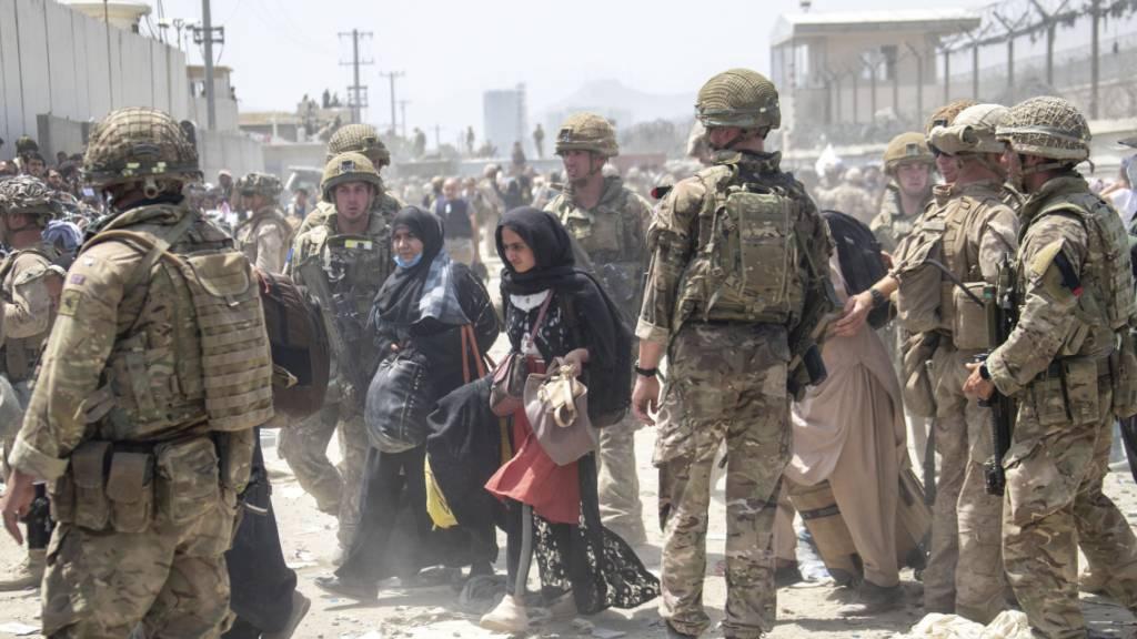 HANDOUT - Britische und amerikanische Soldaten im Einsatz am Flughafen von Kabul. Foto: Uncredited/Ministry of Defence/dpa - ACHTUNG: Nur zur redaktionellen Verwendung im Zusammenhang mit der aktuellen Berichterstattung und nur mit vollständiger Nennung des vorstehenden Credits