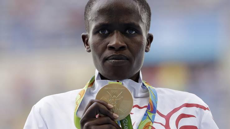 Steeple-Läuferin Ruth Jebet präsentiert bei Olympia in Rio ihre Goldmedaille