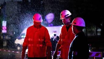 Mitarbeiter einer Energiefirma bei der Arbeit im Regen in der argentinischen Hauptstadt Buenos Aires.