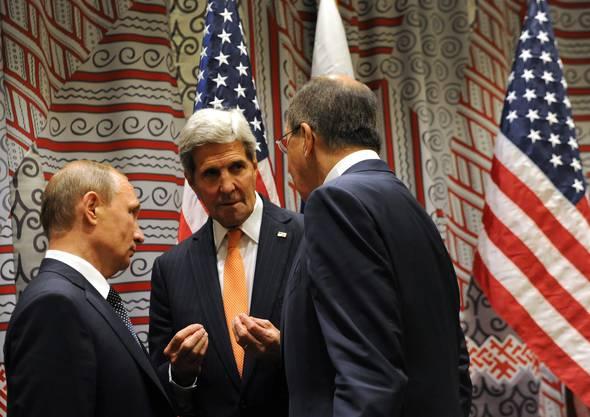 Wladimir Putin mit Sergej Lavrov und John Kerry (Mitte)