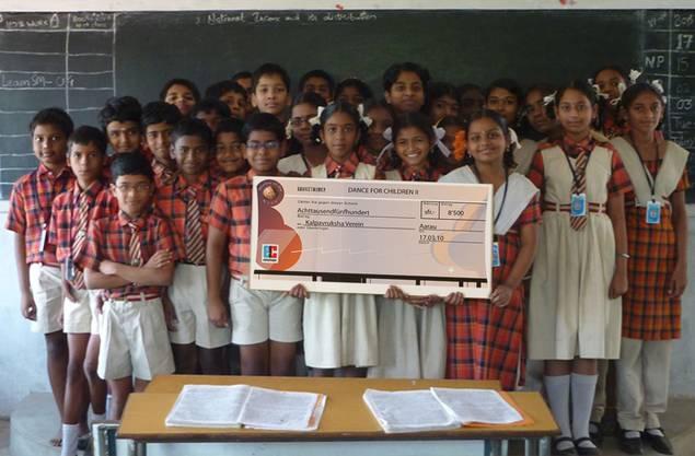 Scheckübergabe in Indien. Foto: Viola Cassina