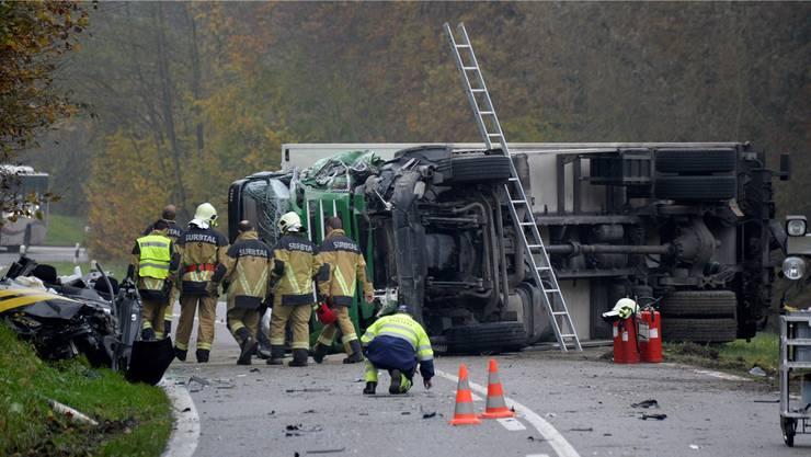 Beim schweren Unfall zwischen einem LKW und einem Postauto wurden zwei Menschen getötet.