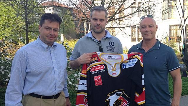 Michel Riesen zwischen EHCB-Präsident Mathias Preiswerk (l.) und Trainer Dino Stecher (r.).