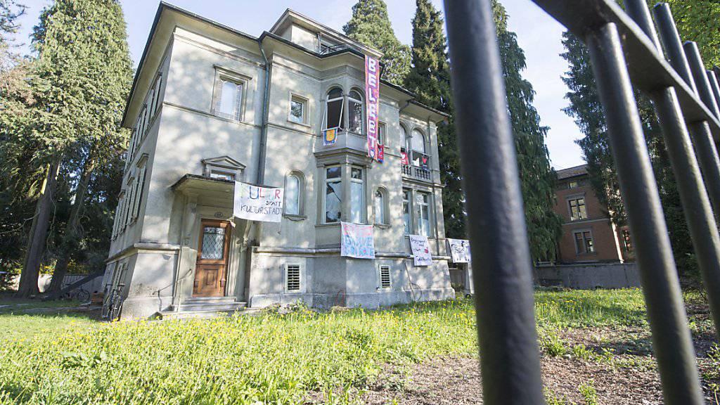 Die Berichterstattung über die Besetzung dieses Hauses in Luzern kommt eine Journalistin teuer zu stehen. (Archivbild)