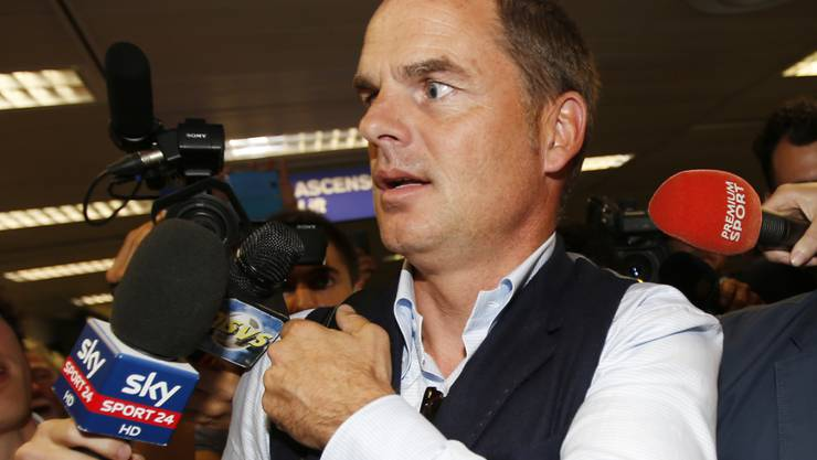 Sogleich belagert von den Mikrofonen: Frank de Boer