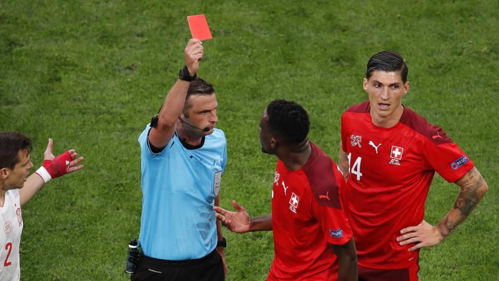 Schiedsrichter Michael Oliver kennt keine Gnade und stellt Remo Freuler (nicht im Bild) vom Platz.