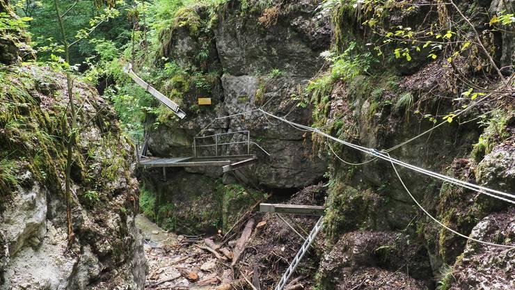 Der Felssturz hat in der Teufelsschlucht ob Hägendorf grossen Schaden angerichtet.