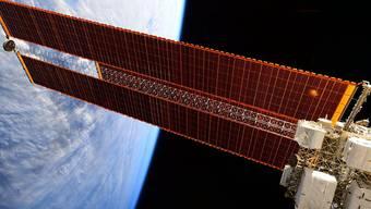 Musste mal wieder ein Ausweichmanöver fliegen im All: Raumstation ISS (Archiv)