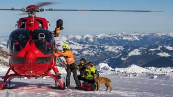 Lawinenhund und Retter bei der Übung am Freitag oberhalb von Les Diablerets VD.
