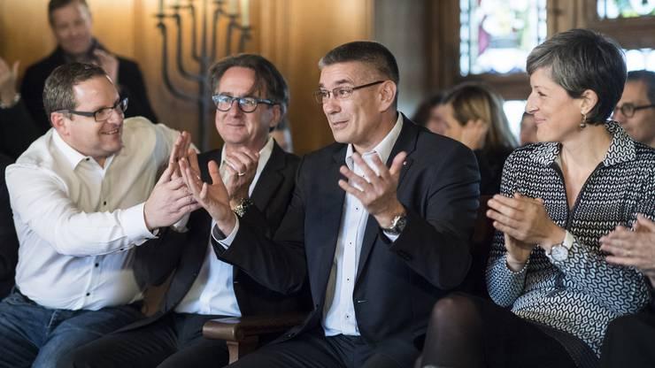 Vizeammann Markus Schneider, Mitte, freut sich neben Sandra Kohler, rechts, und Erich Obrist, zweiter links, nach seiner Wahl zum Stadtammann anlässlich des zweiten Wahlgang im Stadthaus in Baden,