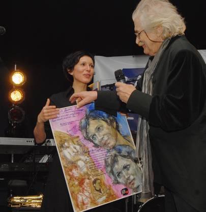 Geschenk: Der Künstler Attila Herendi überreicht der Nationalratspräsidentin sein Porträtbild.