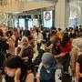 Ins Freie gerannt: Menschen stehen ausserhalb einer Shopping Mall in Jakarta.