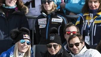 Bei Roger Federer wird Lindsey Vonn (links) zum Groupie. Auf dem Bild verfolgt die Skirennfahrerin gemeinsam mit Federer und dessen Ehefrau Mirka (Mitte) die Männerabfahrt an den Weltmeisterschaften von 2017 in St. Moritz.