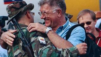 Auf dieser undatierten Aufnahme umarmt Jean-Pierre Gontard einen früheren Kommandant der FARC (Archiv)