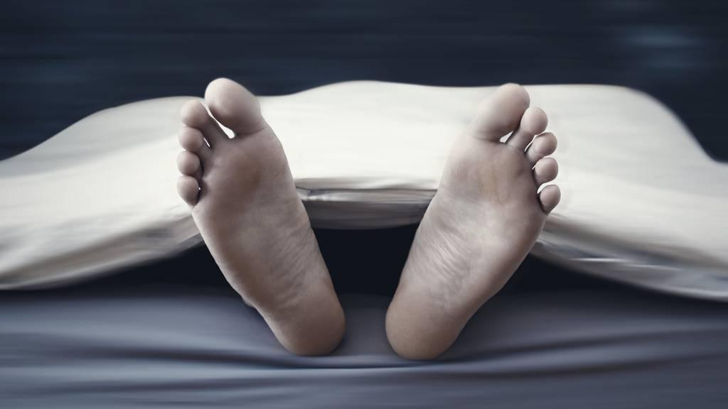 Vor der Bestattung werden Verstorbene in einer Aufbahrungshalle verabschiedet. (Symbolbild)