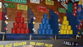 Auf diese farbenfrohen Pyramiden zielt man bei «Magicball» in der Messehalle 3 – dem Büchsenwerf-Paradies.