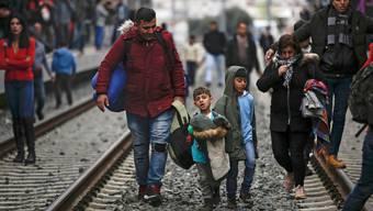 Auf dem Landweg klappts nicht: Deshalb versuchen Flüchtlinge ihr Glück vermehrt mit gefälschten Pässen am Flughafen.