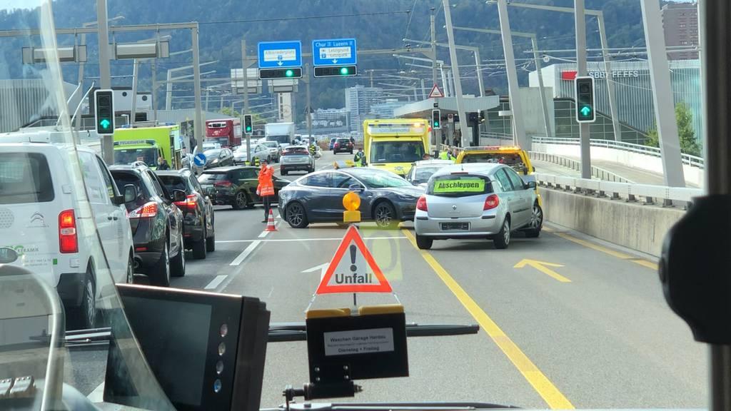 Zwei Verletzte bei Verkehrsunfall auf Zürcher Hardbrücke