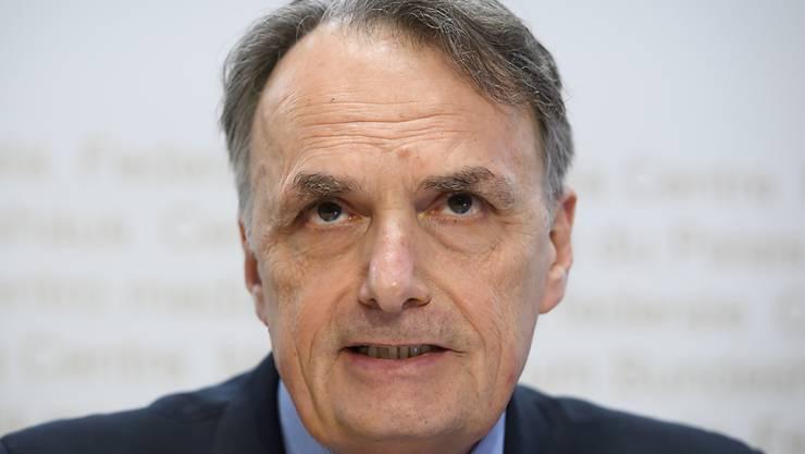 Staatssekretär Mario Gattiker kündigt vor den Medien eine Lockerung des Grenzregimes an.