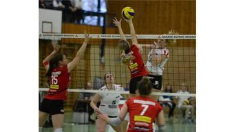 Laura Tschop (Nr 15), Kerley Becker (2) und Dominika Jarotta (7) von Sm'Aesch.