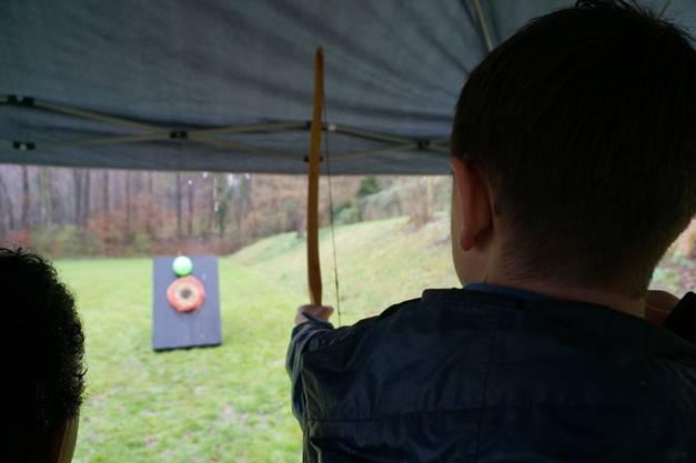 Zielen und treffen beim Pfeilbogen schiessen, war eine der vielen Disziplinen am Cevi-Tag