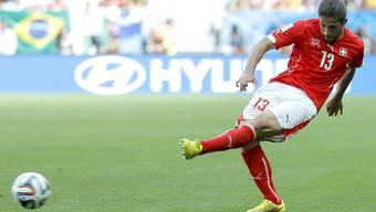 Ricardo Rodriguez beim entscheidenden Pass auf Haris Seferovic im Spiel gegen Ecuador
