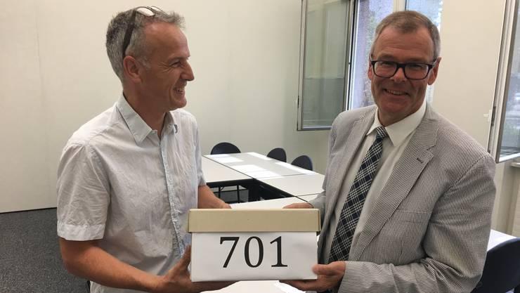 Bernhard Schmidt (links) überreichte Dietikons Stadtpräsident Otto Müller die 701 Unterschriften.