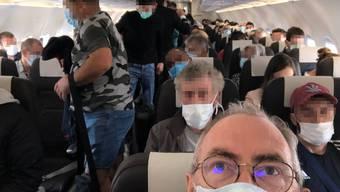 Vollgepackt mit Mundschutzmasken, die das Reisen hygienischer machen - hinein ins Corona-Feeling! Laut Swiss halten sich praktisch alle Passagiere an die Masken-Empfehlung. Pflicht ist der Mundschutz hingegen nicht.