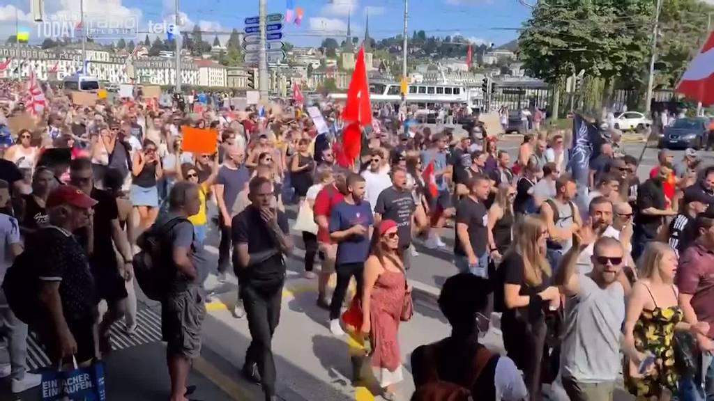 1'500 Massnahmengegner ziehen unbewilligt durch Luzern