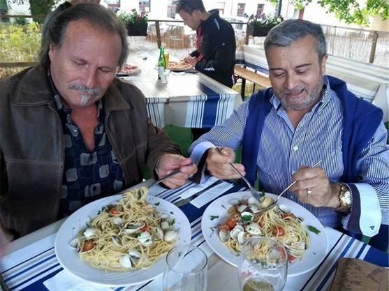 Die beiden Herren geniessen die Sommerspezialität Spaghetti «alle vongole».