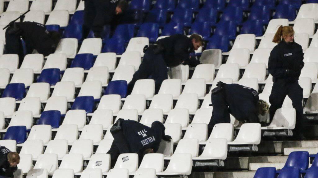 Erst durchsuchten Polizisten das Stadion in Hannover, dann wurde die Partie Deutschland - Holland abgesagt