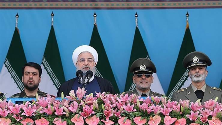 Irans Präsident Hassan Rohani (2. v.l.) bei einer Ansprache in Teheran.Reuters