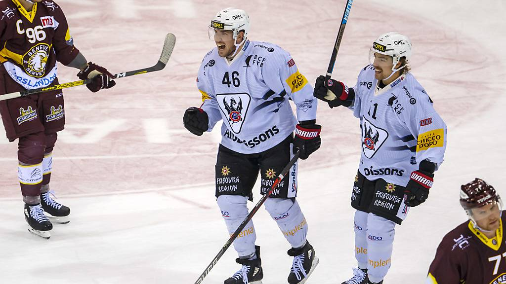 Fribourgs Lukas Lhotak (rechts) jubelt nächste Saison für Rapperswil-Jona