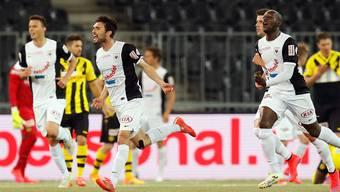 FCA-Matchwinner Luca Radice (M.) feiert seinen zweiten Treffer mit Igor Nganga (r.).