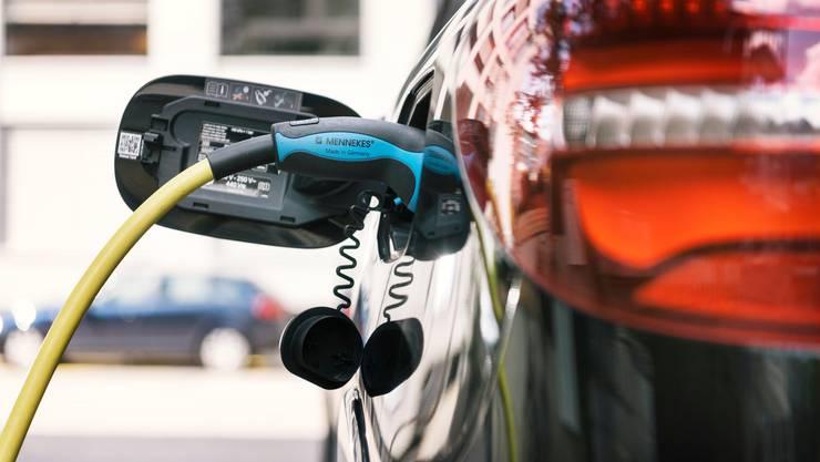Eine Ladekupplung einer Stromtankstelle in Zürich ist an einem Elektroauto angeschlossen.