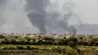 Rauch über einer Ölraffinerie nach einem IS-Angriff (Archiv)