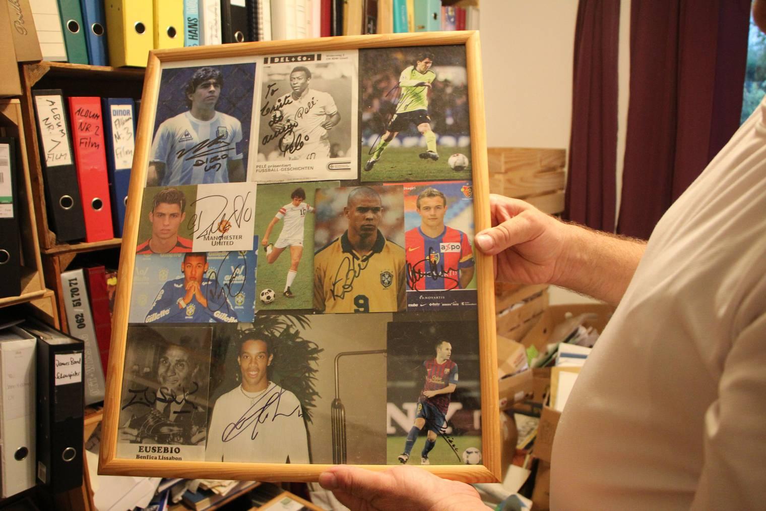 Maradona, Pelé und Messi sind nur einige der Top-Fussballer, die Brändle ein Original-Autogramm gegeben haben. (Bild: FM1Today)