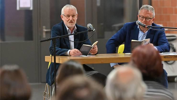 Autor Beno Meier (l.) und Moderator Werner De Schepper bei der Buchvernissage in der Kantonsschule Olten.