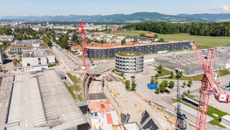 A1-Zubringer Lenzburg: Ziel ist die Lösung der Verkehrsprobleme am Knoten Neuhof (unser Bild vom 31. Mai). Mit dem Tunnel für den Verkehr von der A1 Richtung Bünztal und umgekehrt soll die Leistungsfähigkeit am Knoten sichergestellt und die Autobahnanbindung wesentlich verbessert werden. Zusätzlich wird der Unfallschwerpunkt Knoten Lindfeld saniert. Zudem wird der Verkehr Richtung Lenzburg auf die verfügbaren Strassenkapazitäten in Lenzburg abgestimmt. Für den Langsamverkehr werden die Lücken im kantonalen Radwegnetz geschlossen. Das Projekt ist voraussichtlich bis Dezember 2021 fertig. Kosten: 75,4 Millionen Franken.