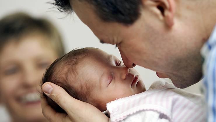 Das Seco begründet die hohe Zahl mit den indirekten Kosten, die entstehen, wenn Väter am Arbeitsplatz fehlen. (Symbolbild)