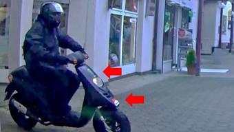 Fahndungsfoto mit dem Kleinmotorrad, das der Bankräuber in Oberdorf als Fluchtfahrzeug verwendete. (3)